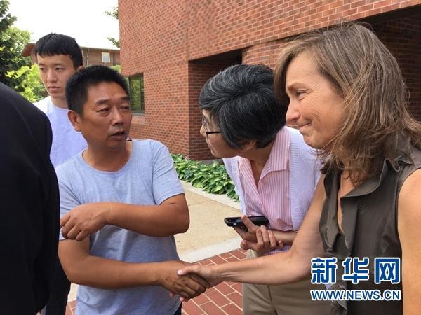 当地时间6月17日,章莹颖的父亲章荣高(右三)约见伊利诺伊大学厄巴纳-尚佩恩分校领导。新华网发