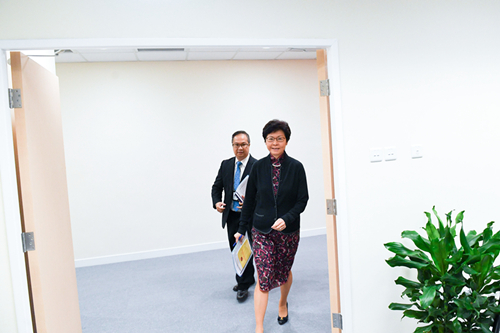 林郑月娥步入侯任行政长官办公室准备接受采访。新华社记者陈晔华摄