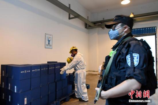 材料图:2017年6月16日,成都会禁毒委员汇集中烧毁缉获的毒品54.87公斤及易制毒化学品跟废物2.43吨。图为烧毁现场。 中新社记者 安源 摄