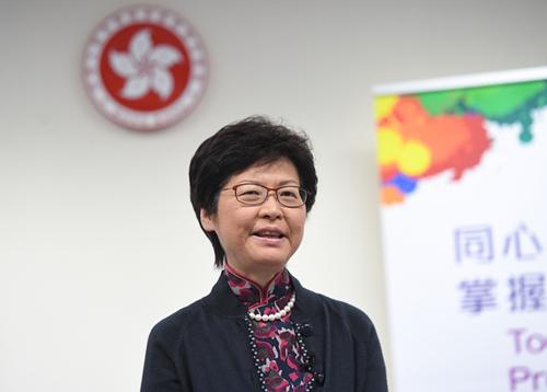 林郑月娥在接受记者采访时回答提问。 新华社记者陈晔华摄