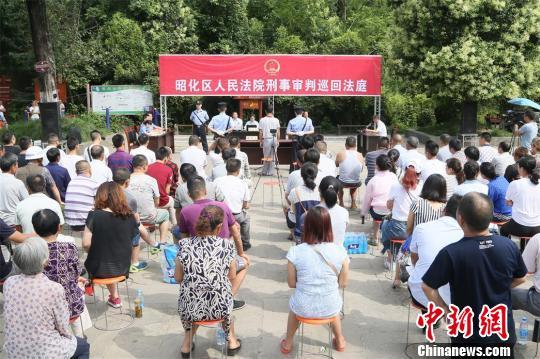 法院巡回法庭公开审理现场引来群众关注。 高志农 摄