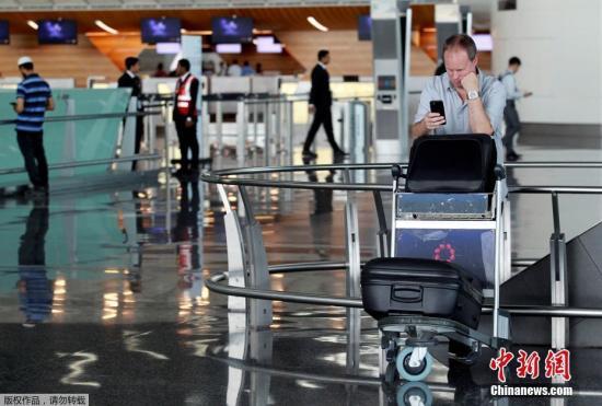 此前,阿联酋航空、埃及航空等相继暂停往返卡塔尔首都多哈的航班,沙特等国甚至禁止卡塔尔航空班机越过领空,令中东航空枢纽多哈的哈马德国际机场陷入混乱。