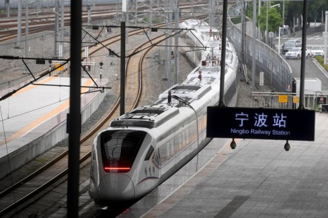 ▵6月10日至16日,我国首款时速160公里CRH6F城际动车组在浙江宁波至余姚的城际铁路上投入试运营。