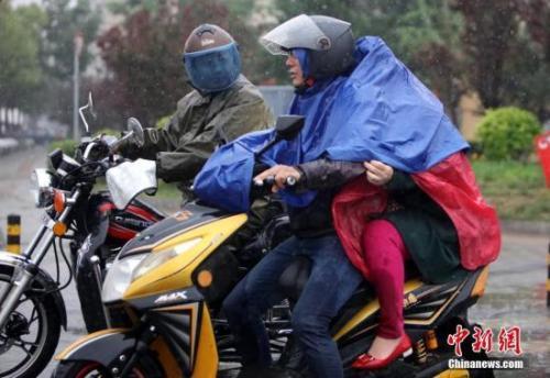 材料图:大众在雨中出行。