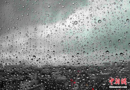 资料图:大雨。 张斌 摄