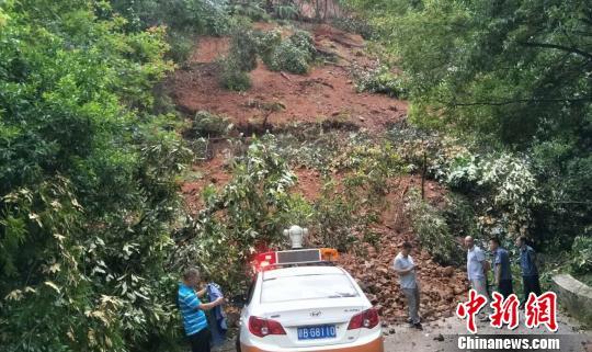 6月20日下午,江西安远S327省道寻茅线方向三百山蛇坑路段,发生山体滑坡,导致道路中断。 欧阳彬 摄