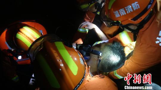 夜遇交通事故 五旬货车司机跳入十米深臭水沟砸窗救人