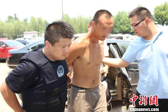 图为犯罪嫌疑人路某被警方抓获 邢台市警方提供