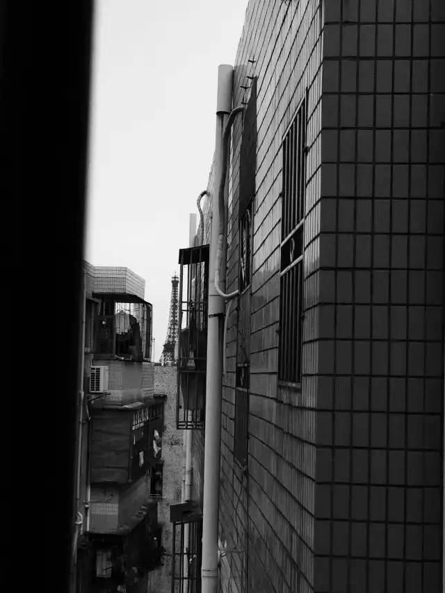 从民房窗户看世界之窗铁塔