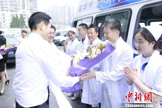 上海眼科专家光明快车启程送医入藏