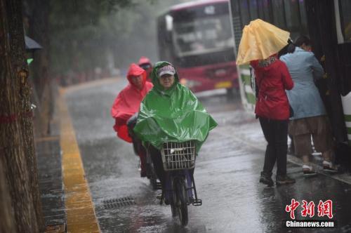 6月22日,呼和浩特迎来降雨。中新社记者 刘文华 摄