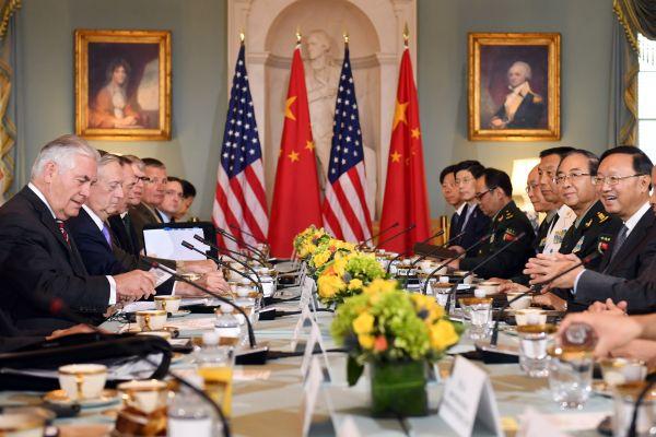 21日,中国国务委员杨洁篪(右一)同美国国务卿蒂勒森(左一)、国防部长马蒂斯(左二)配合主持中美外交宁静对话。中央军委委员、中央军委团结顾问部顾问长房峰辉(右二)等到场对话。(新加坡《团结早报》网站)