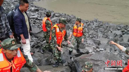6月24日6时摆布,四川茂县叠溪镇新磨村突收山体下位垮塌,40余户100余人被埋葬。 阿坝武警 供图