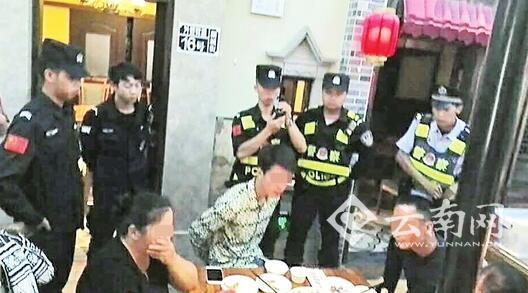 民警在餐馆抓获5名嫌疑人 警方供图