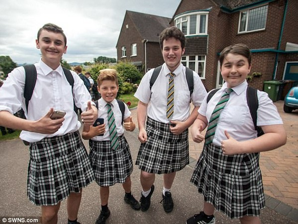 ISCA中学一大票男生穿裙子上学,画面十分震撼(图源:每日邮报)