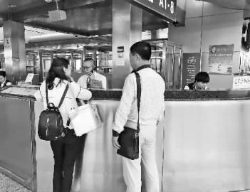 机场工作人员帮于先生(右二)紧急联系运送事宜