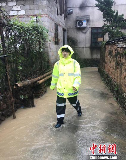 图为:坚守在灾区一线的董学勤。 遂昌县公安局供图 摄