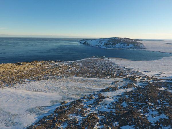 资料图:这是2017年2月13日拍摄的南极罗斯海区域难言岛一处避风条件优秀、适合码头建设的海湾。