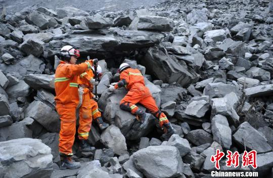 救援职员使用生命探测仪举行探测。 刘忠俊 摄