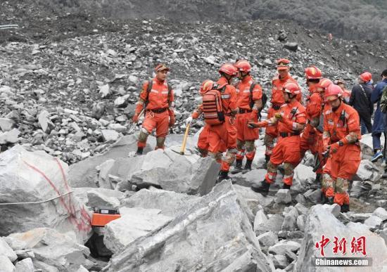 6月25日,消防官兵用雷达停止搜救。 中新社记者 安源 摄