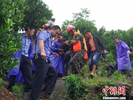 泸溪县各州里实时紧迫转移受灾群众11000人。 王芳 摄