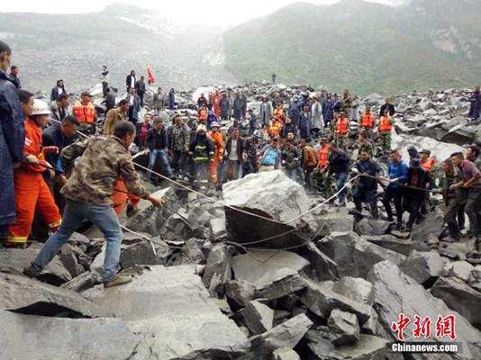 昨天,阿坝武警正在进行救援工作。图片来源:中新网