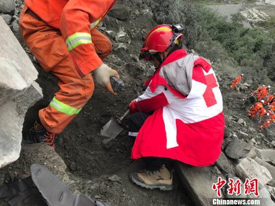 四川省红十字会救援队员到场现场搜救行动。 四川省红十字会提供 摄