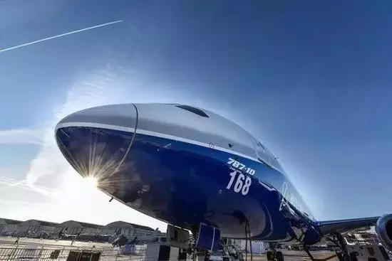 波音正研发 5 倍音速客机 纽约飞到上海仅需 2 小时   据美国全国广播公司(NBC)报导,波音执行长米伦伯格日前在巴黎航展上表示,波音正在研发极音速客机,和过去超音速客机相比,巡航速度将会提高,能以近 5 马赫(5 倍音速)的速度飞行,也就是每小时可飞行 3800 英里(约合 6115 公里)。   举例来说,极音速客机从美国纽约飞中国上海仅需 2 个小时,大幅缩短了现在两地直飞需要 15 小时的长途飞行时间。米伦伯格表示,他相信这项研发将能服务金字塔顶端的顶级客户,他们愿意用高价的机票来换取时