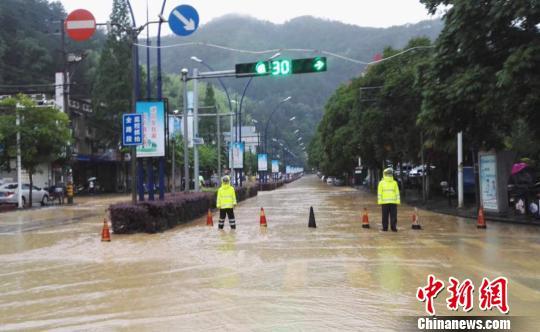图为:遂昌民警在积水中执勤。 徐民哲(通讯员) 摄