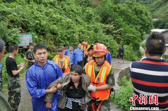 驻当地武警官兵、预备役民兵和消防官兵在重灾地区开展抢险和救援。 王芳 摄