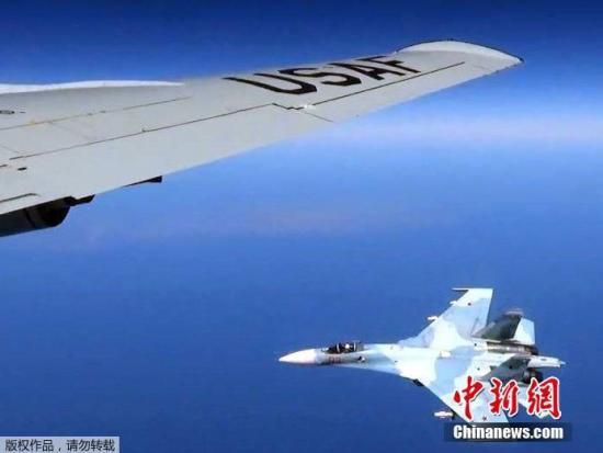 6月21日,俄国防部长绍伊古乘机前往加里宁格勒时,空中遭遇一架北约F-16战机试图靠近绍伊古的座机,迫于护航的俄方战机发出警告,北约战机随后飞离。图为当地时间6月19日,俄罗斯苏-27战机空中拦截美国RC-135U侦察机。
