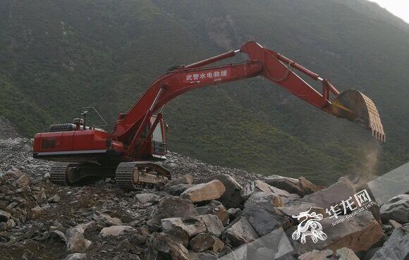 挖掘机正在现场展开救援 八支队供图 华龙网发