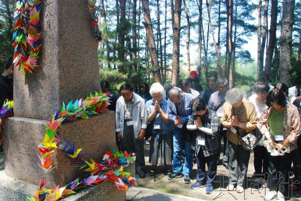 日二战遗孤在哈尔滨祭拜中国养父母献上千纸鹤