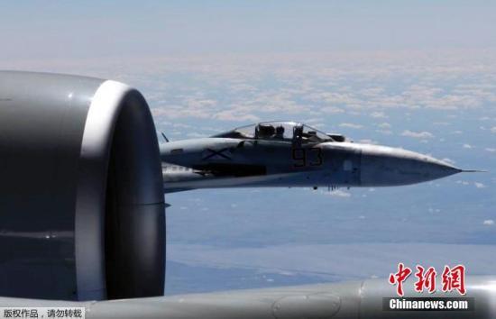 据俄罗斯《红星报》6月23日报道,俄罗斯上周出动战机拦截靠近俄边界地区的外国侦察机总计14次。报道说,俄国防部上周共发现23次外国侦察机靠近俄边界的侦察飞行,其中,10次是美国的RC-135战略侦察机。图为当地时间6月19日,俄罗斯苏-27战机空中拦截美国RC-135U侦察机。