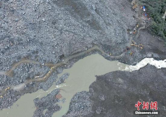 航拍四川茂县山体垮塌救援现场。中新社记者 刘忠俊 摄