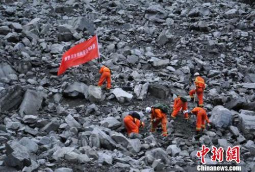 救援人员现场探测。 刘忠俊 摄