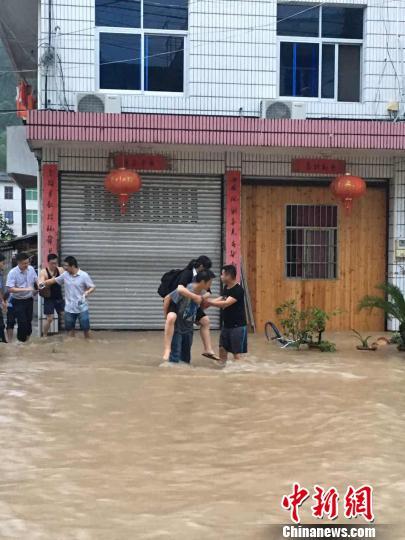 黄沙腰镇暴雨袭击,转移民众。遂昌宣传部提供