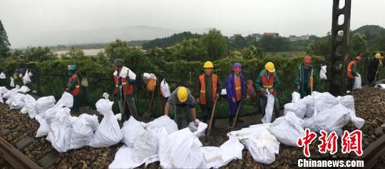 浙江山河500多人投入浙赣铁路抢险 企图连夜爆破作业。