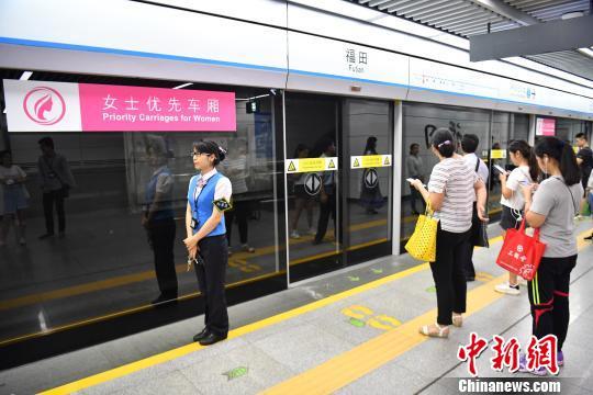 6月26日,深圳地铁率先在1、3、4、5号线双偏向列车首、小节车厢举行女士优先车厢试点事情,深圳地铁通过站内广播、导向标识、车站通告等方式举行指导。现在深圳地铁日客运量达450万人次。 陈文 摄