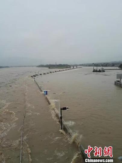 浙江富春江水库上游持续强降雨泄洪流量创记录