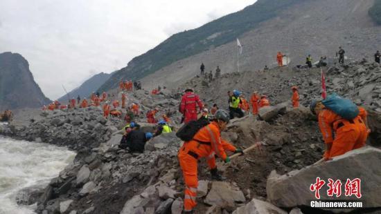 资料图:四川茂县山体垮塌救援队在搜救。中新社发 田一凡 摄