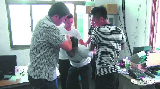 民警在快递公司将嫌犯李某抓获。(视频截图)