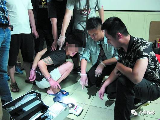 嫌犯陈某指认自己藏的病毒。