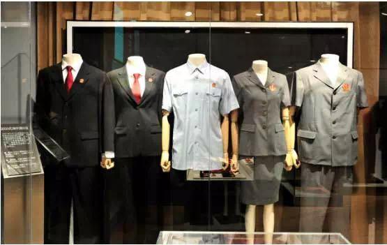 2001年5月1日天下法院统一换发2000式审讯制服,包罗法袍和洋装式制服。