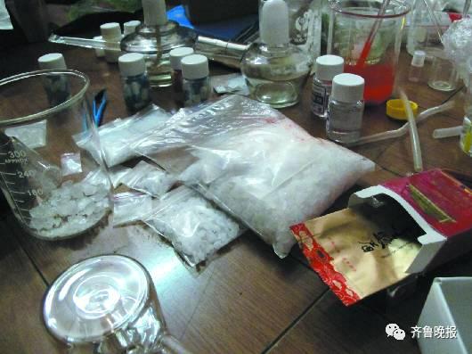 嫌犯李某购买了大量的制度器皿和原料。