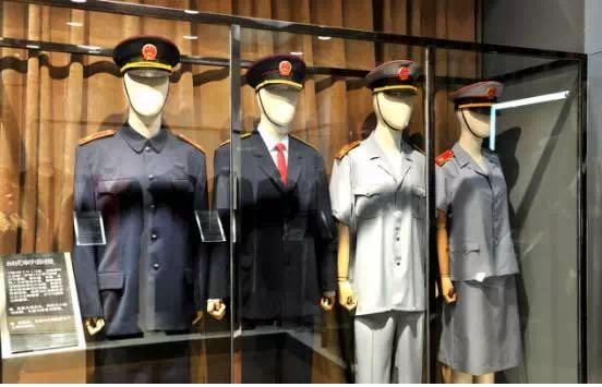 展厅内陈列着84式审讯制服。夏服为浅灰色。春秋服、冬服均为深藏青色中山装式制服。