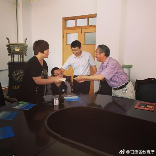 6月28日,清华大学甘肃校友会向魏祥同学资助一万元。图片来源:甘肃省教育厅官方微博