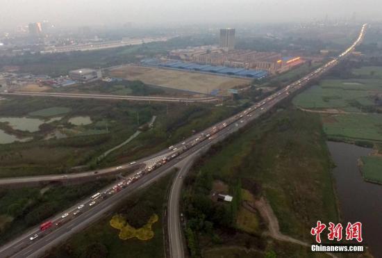 材料图:成乐高速公路(桥下)眉山往成都方向的车辆通行。中新社记者 刘忠俊 摄