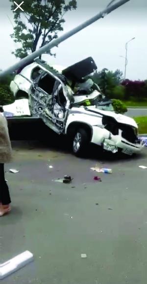 被撞的警车 视频截图