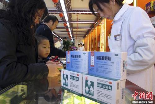 资料图:北京一家老字号药店内,前来购买药品的市民络绎不绝。中新社发 李慧思 摄